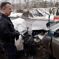 На Волгоградской улице в Омске иномарки столкнулись лоб в лоб