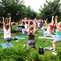 В парках для омичей организуют бесплатные занятия йогой