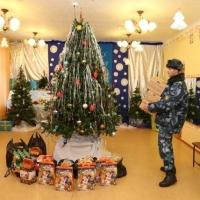 Осужденные ИК-7 в Омске сделали новогодние подарки для детей из детского дома