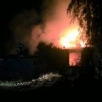 Ночью в Омске 39 пожарных боролись с огнем, охватившим три дома