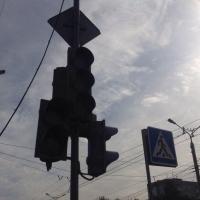 В Омске скоро включат два новых светофора