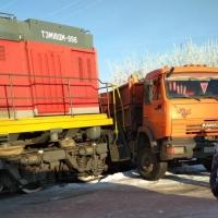 На ж/д переезде в Омске столкнулись КамАЗ и тепловоз
