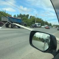 На проезжую часть в Омске упал бетонный столб