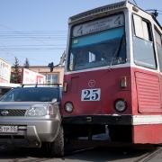 На проспекте Маркса внедорожник попал под трамвай