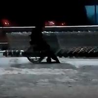 Инвалид-дворник чистит снег у омской «Ленты» вместо похода в спортзал