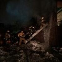 Во время пожара на омском СТО пострадал человек, и сгорели 5 иномарок
