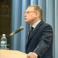 Кандидат в губернаторы Омской области Бурков принес в избирком 926 листов с подписями