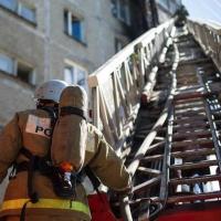 Омские пожарные спасли мать с двумя детьми и других жильцов пятиэтажки