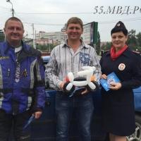 Байкеры и сотрудники ГИБДД напомнили омским водителям о мотоциклистах на дороге с помощью шариков