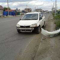 """В центре Омска """"Тойота"""" увернулась от аварии и врезалась в ограждение"""