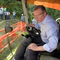 Губернатор Омской области проехался за рулем комбайна