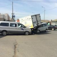 В Омске два легковых автомобиля столкнулись с грузовиком