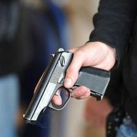 В маршрутке мужчина с пистолетом напал на молодую омичку