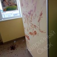 В Омске пьяный мужчина испачкал кровью офис Сбербанка
