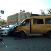 В Омске три автомобиля столкнулись на перекрестке Красного пути и Кемеровской