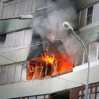 Троих омичей удалось спасти из горящей квартиры