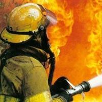 Ночью в Омске во время пожара в пятиэтажке погибла женщина