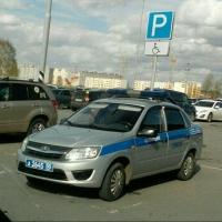 Омичи высмеяли правоохранителей за парковку на месте для инвалидов