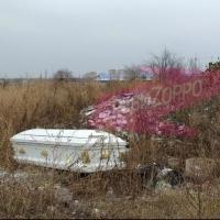 На стихийной свалке в Омске оставили белый гроб