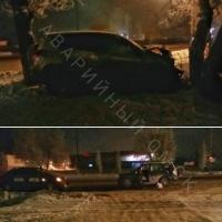 В Омске у «Магнита» иномарка улетела в дерево
