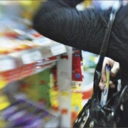 Омички попытались вынести из гипермаркета ножи и одеяло