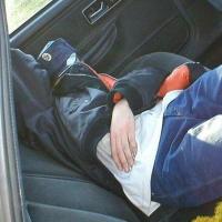Пьяные омичи избили таксиста и уснули в своей машине