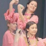 Разучивает песни со словарём  молодёжь ансамбля «Умырзая»
