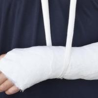 Юному омичу в частном досуговом центре сломали руку