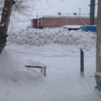 Из невывезенного снега омские коммунальщики построили баррикады