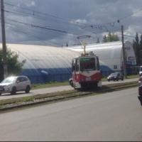 Трамвай в Омске встал поперек рельсов