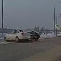 В ДТП на Иртышской набережной легковушка, уходя от удара, вылетела на встречку