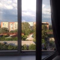 Омич упал из окна 8 этажа в сугроб и остался жив