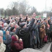 Горожане вышли на митинг, чтобы защитить сквер