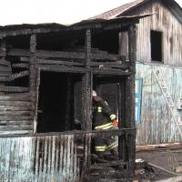 В Омской области пожарные спасли из горящего дома женщину