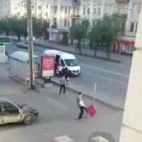Неизвестный жестоко избил знак в центре Омска