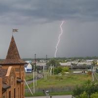 Сильный ветер с грозами атакуют Омскую область