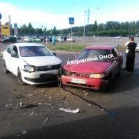 «Volkswagen Polo» и «ВАЗ» не смогли разъехаться на полупустой парковке гипермаркета в Омске