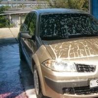 В Омске мастер автомойки на угнанной у клиентки машине врезался в киоск