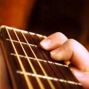 Приставы забрали гитару у омички, которая пыталась покинуть Омск