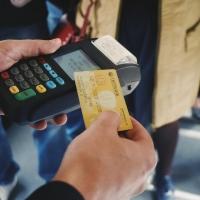 В автобусах Омска начали принимать банковские карты