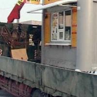 Хитрые омские бизнесмены приваривают незаконно установленные киоски