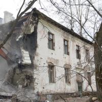 В одном районе Омской области не могут снести 27 аварийных домов