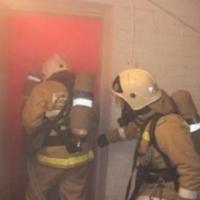 Омские спасатели вывели человека из дома, где на 15-м этаже горела квартира