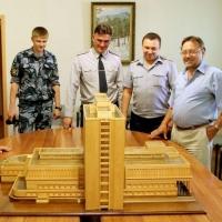 Заключенный подарил омской Пушкинке ее макет, который делал полгода
