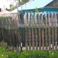 Забор из спортивных лыж обнаружен в Омске