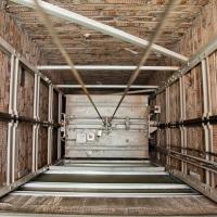 В Омске плотник-бетонщик разбился, упав в шахту лифта