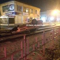 В Омске машина перевернулась на трамвайные пути, уходя от погони