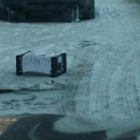 Находчивый омич занял место на парковке ящиком