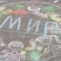 На новом омском памятнике можно 29 раз прочитать слово «мир»