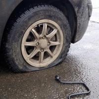 Омский автолюбитель пробил два колеса в ямке с арматурой
